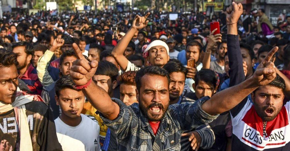 असम में नागरिकता कानून के खिलाफ विरोध प्रदर्शन करते लोग