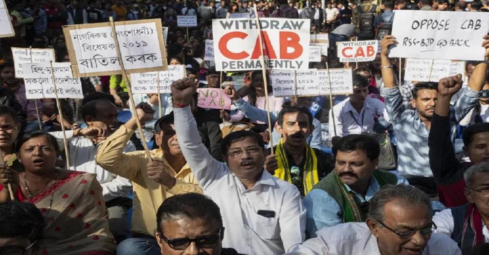एनआरसी के खिलाफ विरोध प्रदर्शन करते लोग