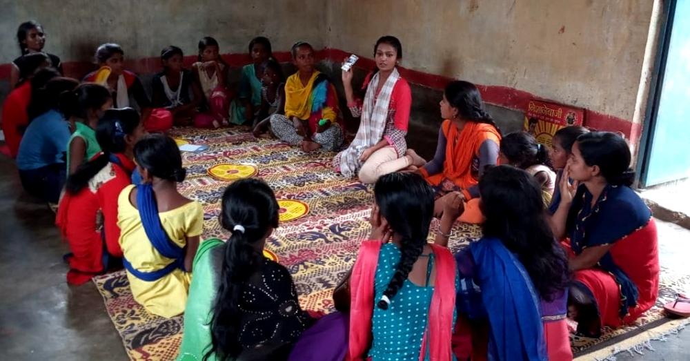 गाँव में महिलाओं को माहवारी स्वच्छता प्रबंधन पर वर्कशॉप देती मौसम
