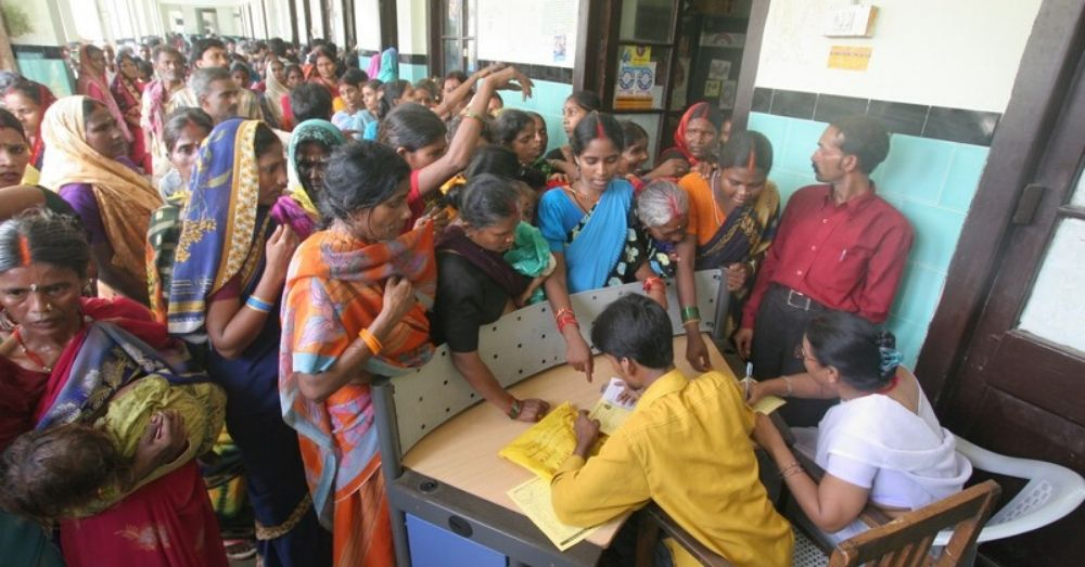 सरकारी अस्पताल में लाइन में खड़े लोग