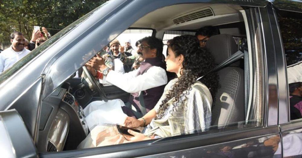 पत्नी कल्पना के साथ झारखंड के मुख्यमंत्री हेमन्त सोरेन
