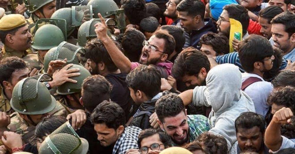 जेएनयू में नकाबपोश लोगों द्वारा स्टूडेंट्स पर हमला करने के बाद विरोध प्रदर्शन