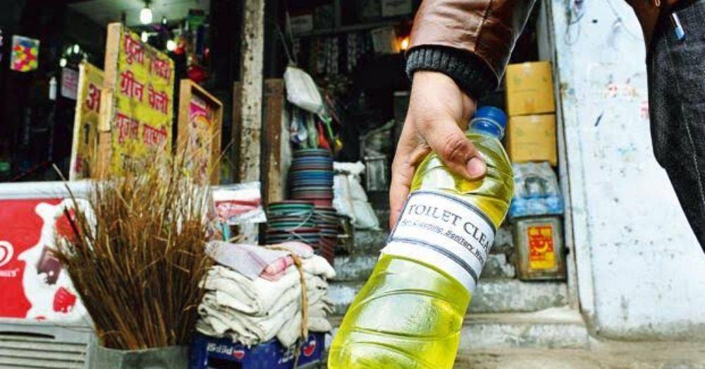एसिड की बोतल खरीदकर ले जाते लोग