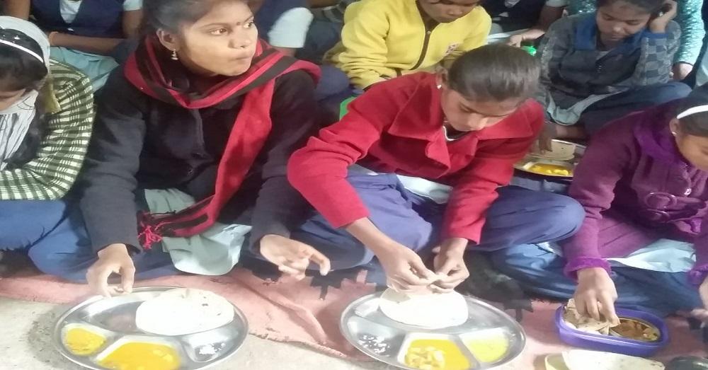 मिड डे मील के दौरान मध्यप्रदेश के एक सरकारी स्कूल में स्टूडेंट्स