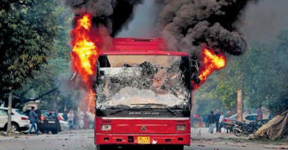 प्रोटेस्ट के दौरान बस में लगी आग