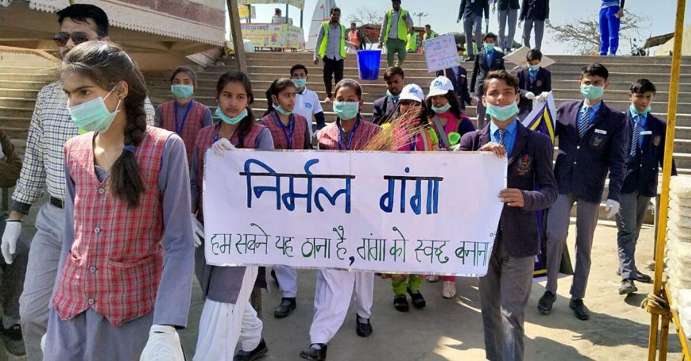 स्कूली छात्र छात्राओं ने भी एनवायरमेंट क्लब के गंगा सफाई अभियान में बढ़-चढ़कर हिस्सा लिया।