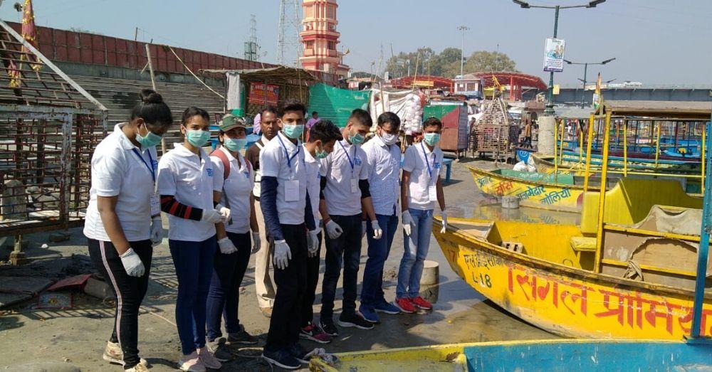 गढ़ मुक्तेश्वर, हापुड़ के ब्रजघाट पर सफाई अभियान के दौरान 'एनवायरमेंट क्लब' टीम