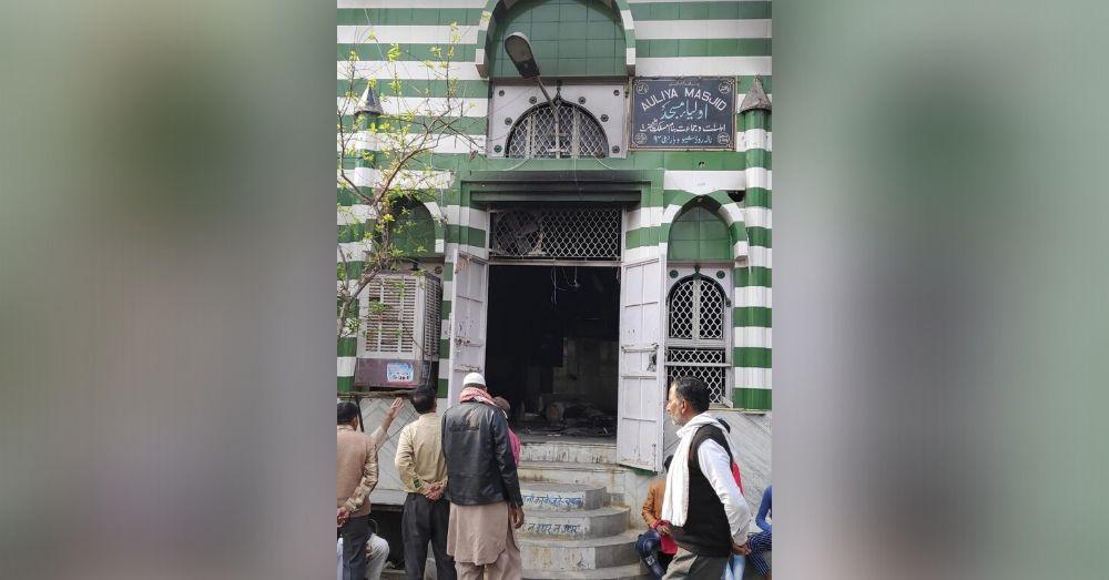 शिव विहार की वह मस्जिद जिसे दंगाइयों ने आग के हवाला कर दिया था। फोटो साभार- प्रशांत तिवारी