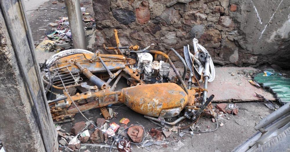 दंगाइयों द्वारा जलाई गई बाइक की तस्वीर। फोटो साभार- प्रशांत तिवारी