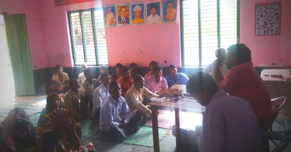 गाँव में जागरुकता कार्यक्रम के दौरान ग्रामीण