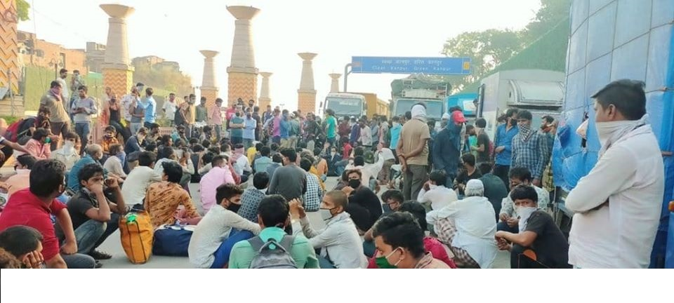 Workers on Kanpur border before Lucknow blocked it's borders