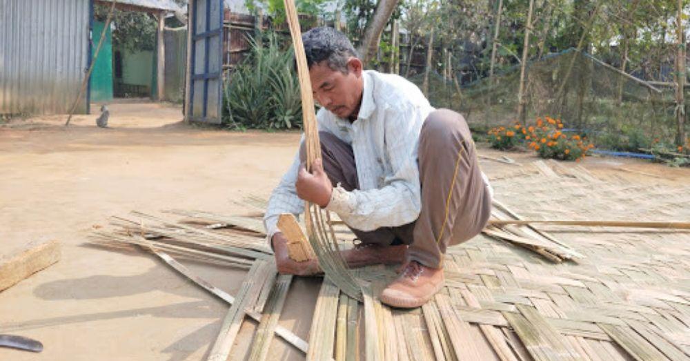 बांस का छत बनाते हुए बसंत देब बर्मा