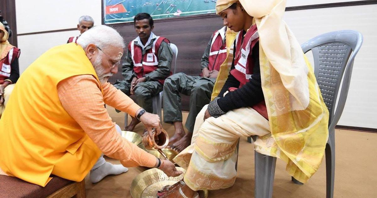 Narendra Modi washes feet of sanitary workers