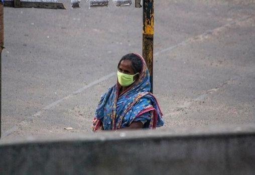 Woman on street corona