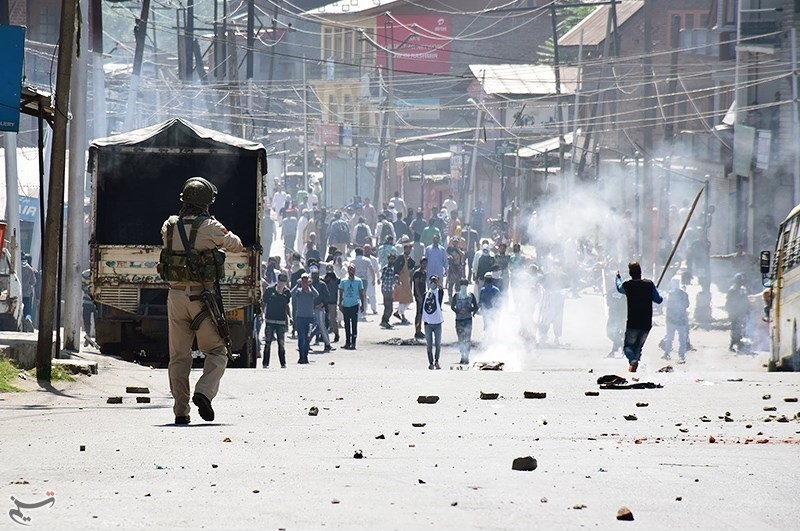 Police in Kashmir clash with protestors