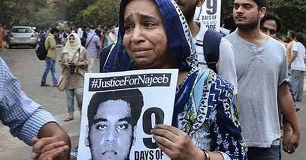 जेएनयू से लापता छात्र नजीब अहमद की माँ फ़ातिमा नफीस रोती बिलखती हुई.