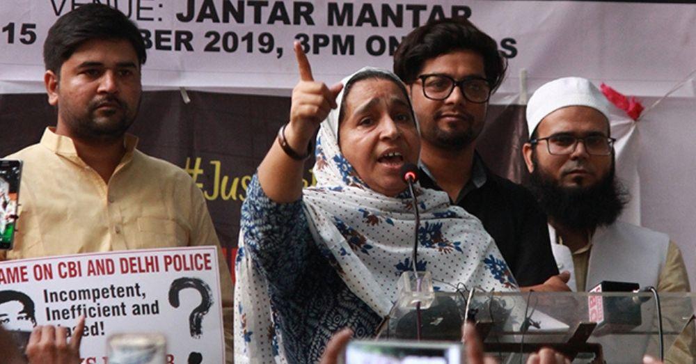 नजीब अहमद की माँ फ़ातिमा नफ़ीस जंतर मंतर पर बेटे के लिए प्रोटेस्ट के दौरान