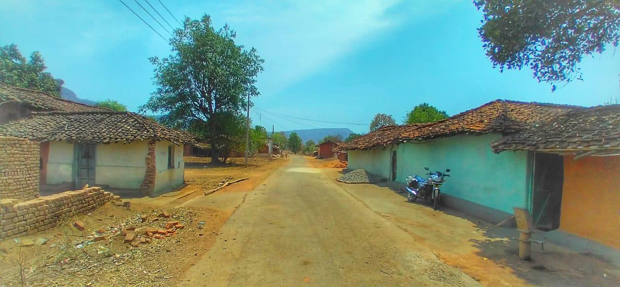 लॉकडाउन के कारण किसी को बाहर जाने की अनुमति नहीं है। एक गाँव का दृश्य