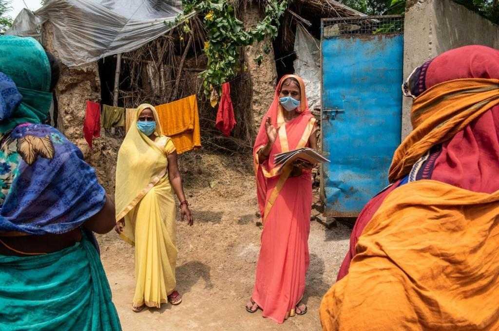 women-distributing-rations_©Gates-Archive_Saumya-Khandelwal-_resize