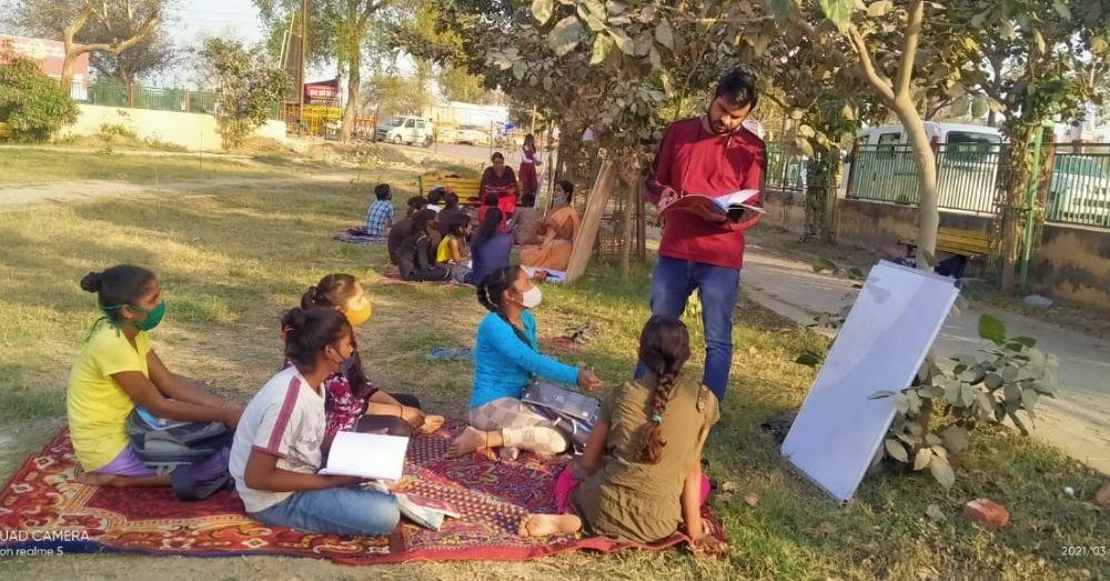 पाठशाला में पढ़ते बच्चे।