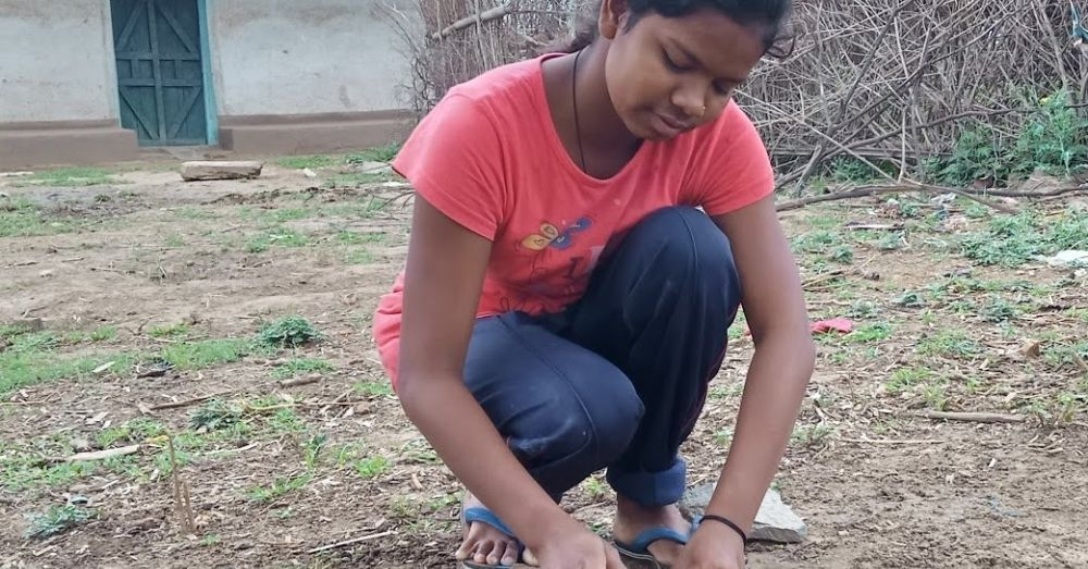 फल्ली खेलने के लिए गोटी बनाते हुए बच्चे।