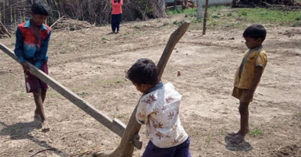 फल्ली खेलने के लिए हल चलाकर मैदान तैयार करते हुए बच्चे।