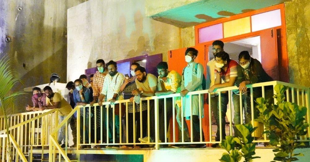 हैदराबाद के टेरासेन कैफे में LGBTQIA+ समुदाय के लोगों के BI/PAN उत्सव में आए दर्शक